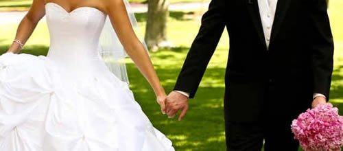 hold hands for wedding planning